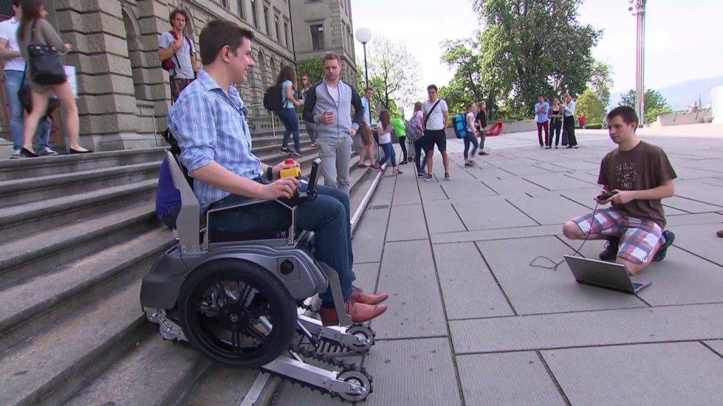 La sedia a rotelle che vince le barriere architettoniche