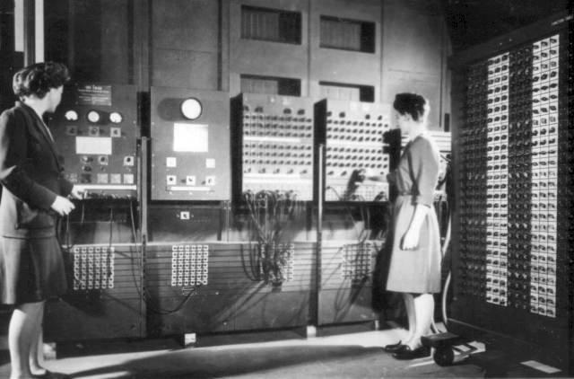 Two_women_operating_ENIAC.width-800