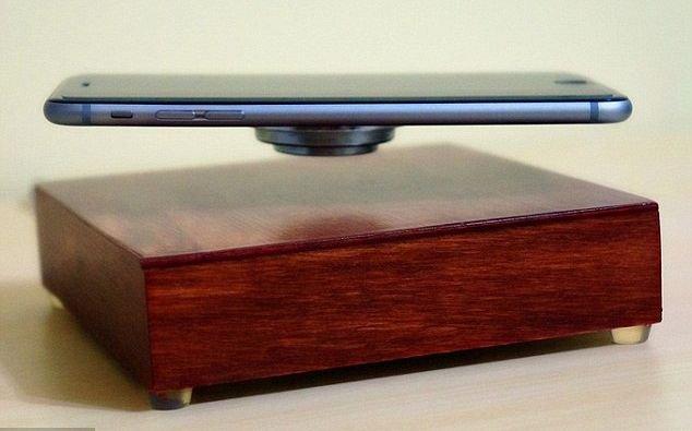 OvRcharge, il caricabatterie che fa fluttuare in aria il tuo smartphone