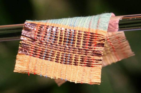 """Il tessuto che si """"carica"""" con sole e movimento (e ricarica il nostro smartphone)"""