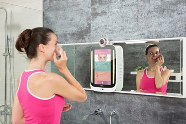 Lo specchio smart che capisce come stai (e ti aiuta non invecchiare male), HiMirror