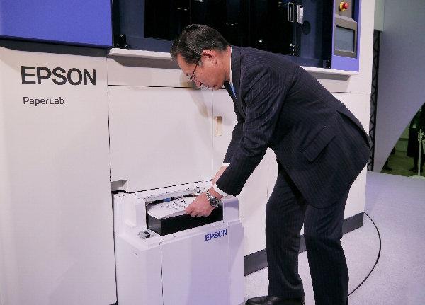 Paperlab, la macchina che ricicla la carta in ufficio producendo subito fogli nuovi