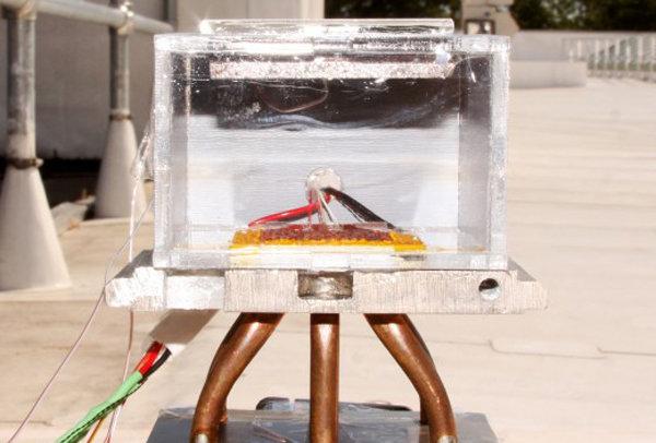 Dal Mit un nuovo dispositivo che estrae acqua potabile dall'aria