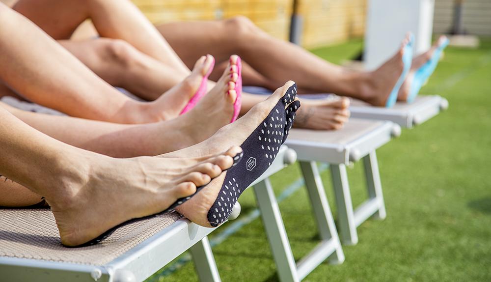 Le suole adesive per camminare scalzi mandano in pensione le infradito da spiaggia