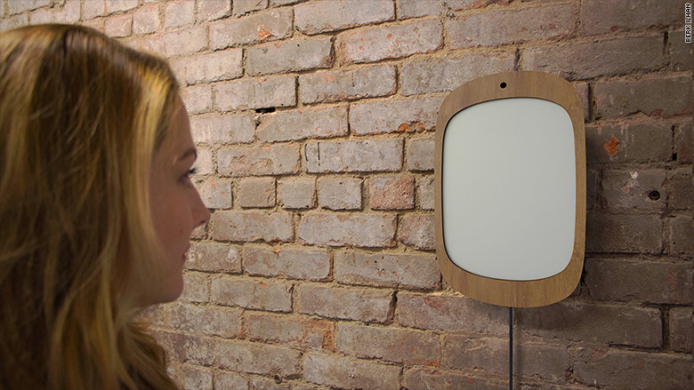 Uno specchio tecnologico riflette solo l'immagine di chi sorride