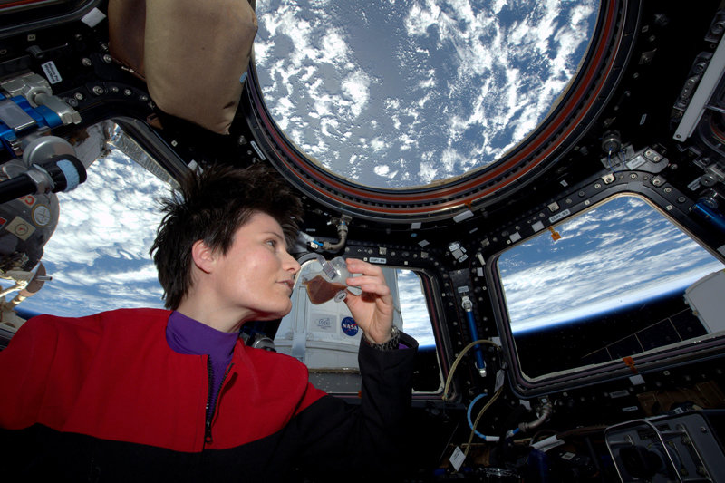 Samantha Cristoforetti beve un caffè in orbita