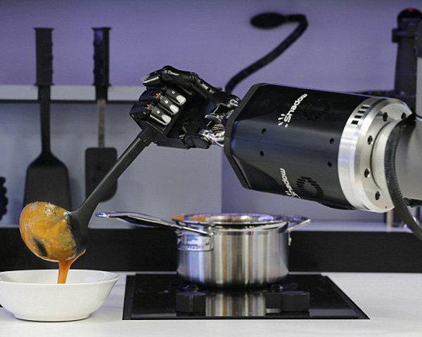 Lo chef è robot, il piano cottura è social (e il frigo Full HD...)