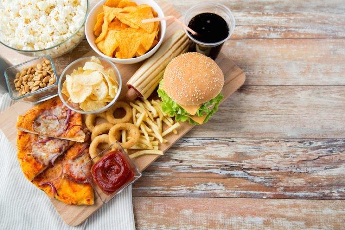 Il cibo da fast food è come un'infezione batterica. Lo dice uno studio pubblicato su Cell