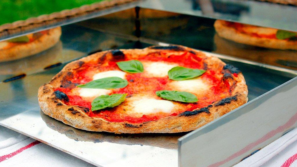 Una teglia in acciaio promette di cuocere la pizza come in un forno a legna