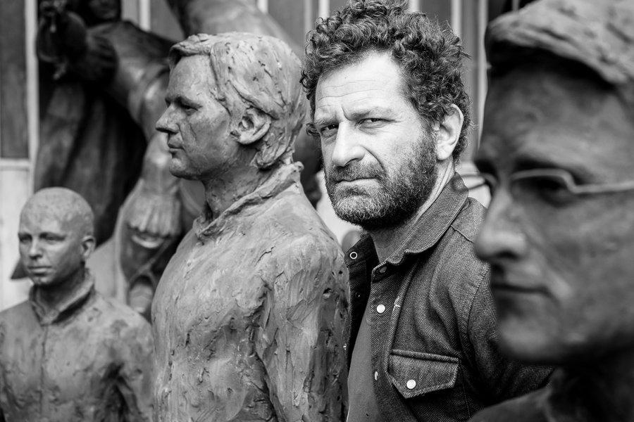 Davide Dormino con le statue di Assange e Snowden