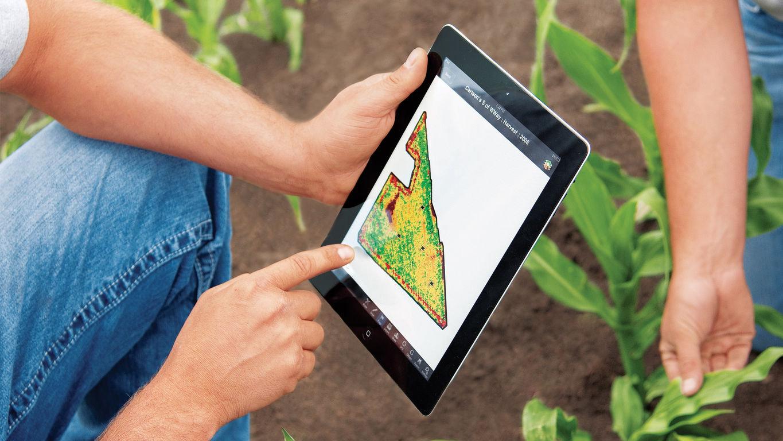 Giovane, iper connesso, tecnologico e laureato: è il contadino del 2018