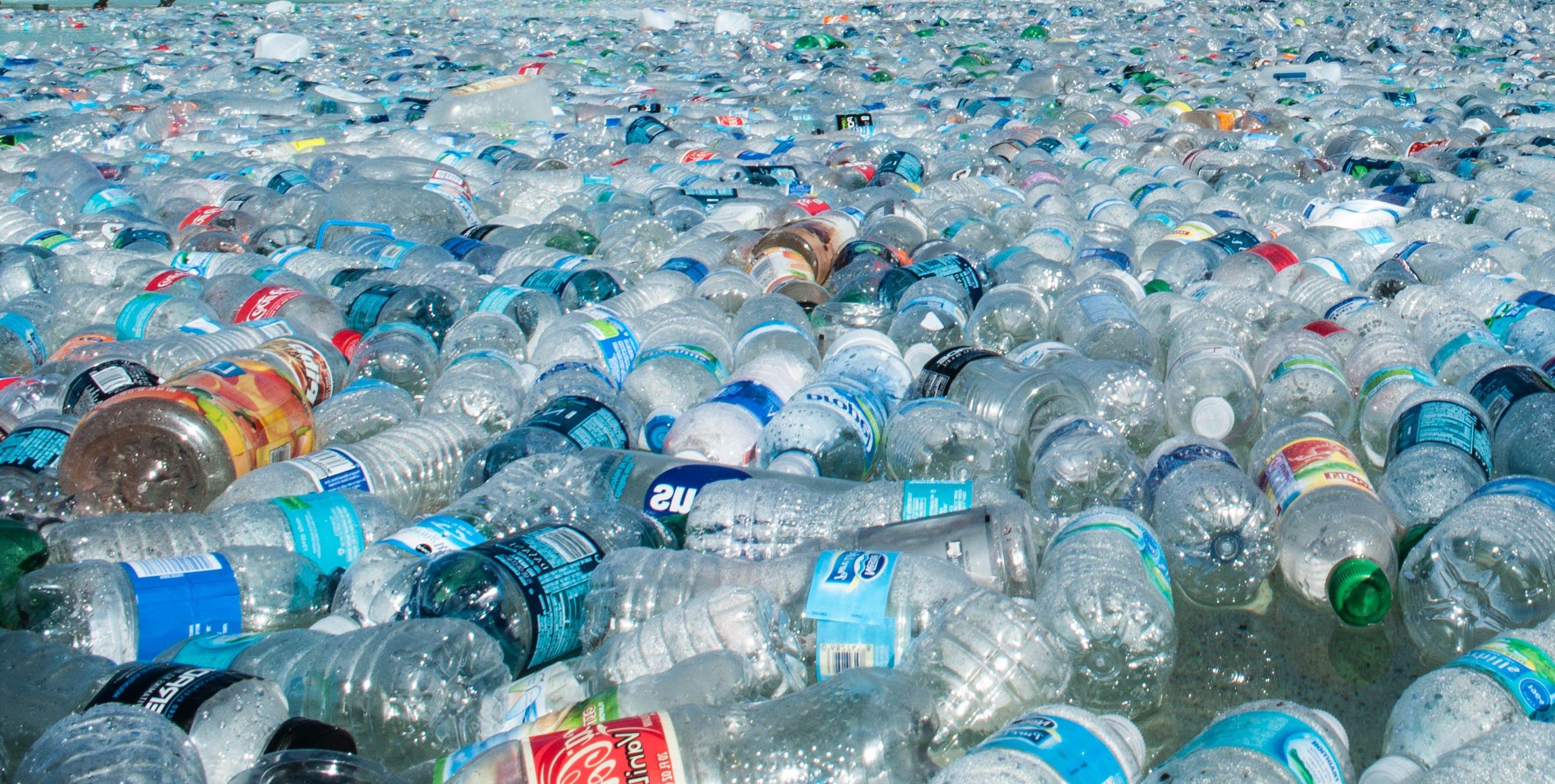 """Greenpeace: """"Troppa plastica di Coca Cola e Pepsi sulle spiagge"""""""