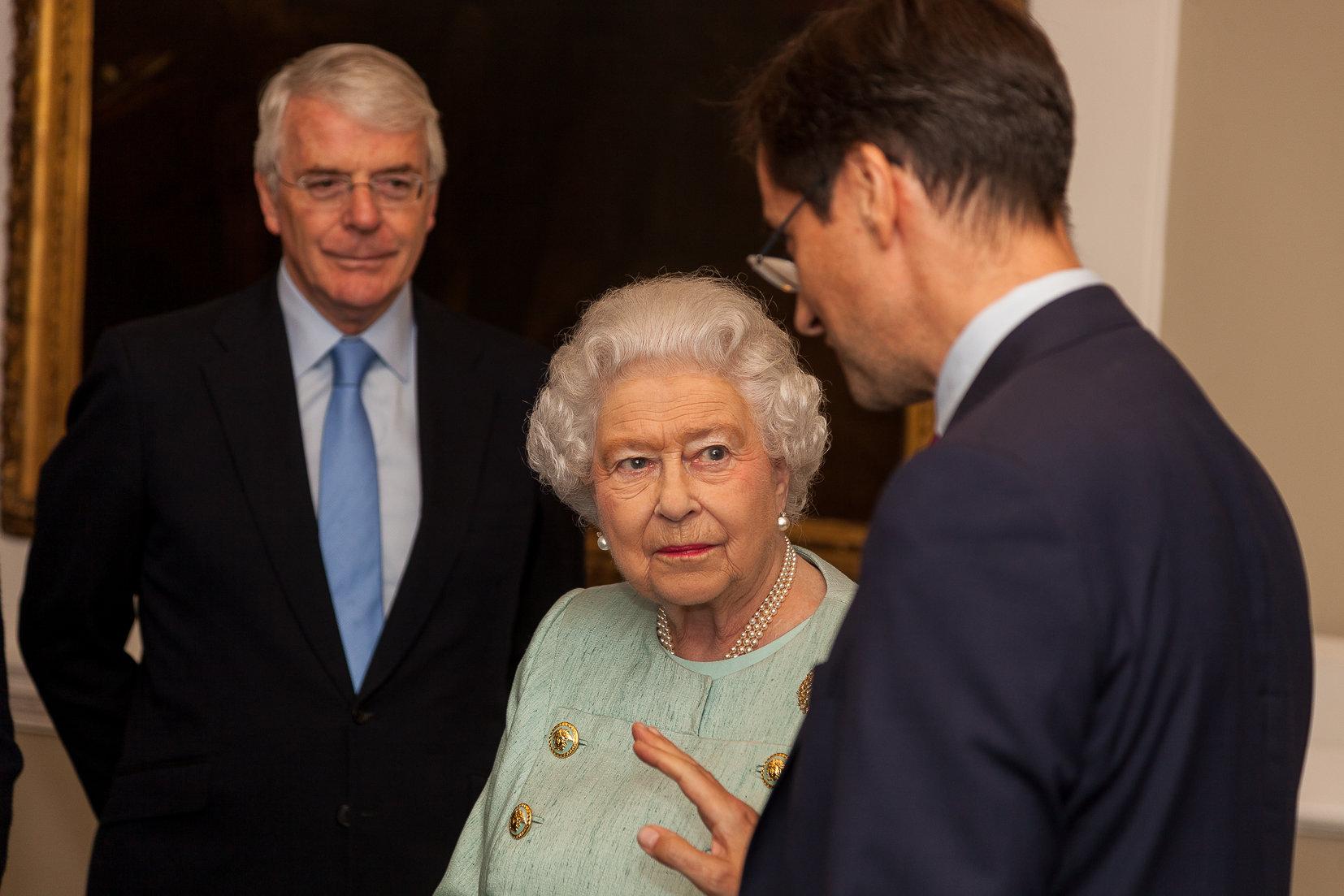 La Regina Elisabetta dice basta alle pellicce: vestirà solo capi sintetici