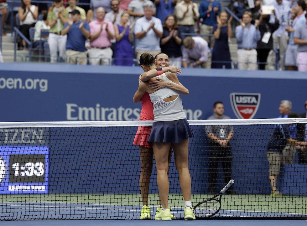 Flavia Pennetta abbraccia Roberta Vinci dopo la vittoria della finale agli Us Open