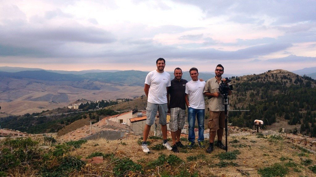 Da sinistra: i tre founder di Heli-Lab Antonio Raspanti. Giuseppe Spallina e Letterio Scibillia con il regista Victor Ortega.