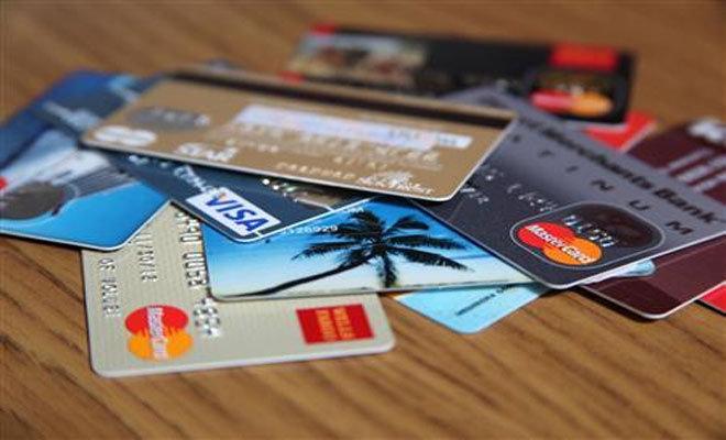 Da oggi pagare con carta e bancomat costerà meno. Il nuovo tetto sulle commissioni, spiegato.