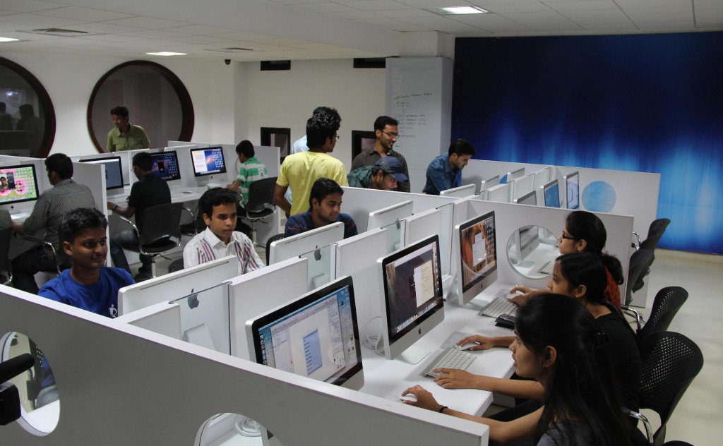 Students-working-on-dedicated-high-tech-Apple-iMac-Computer-Lab-at-LPU-1.-1024x632